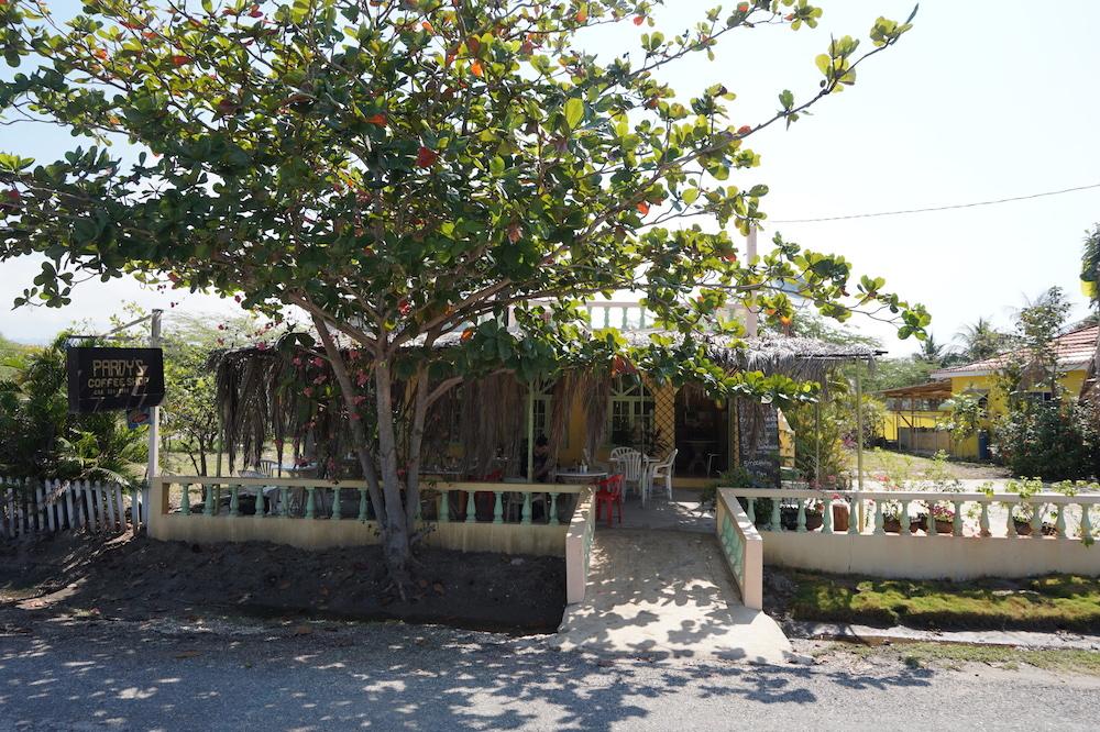 Pradys coffee shop treasure beach jamaique